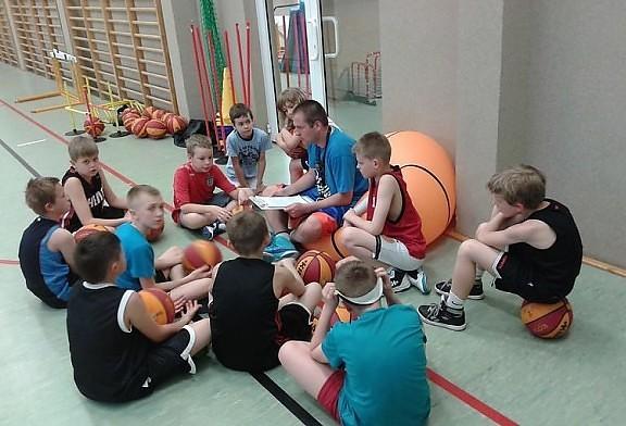 Młodzi koszykarze uczą się prawidłowej diety sportowca